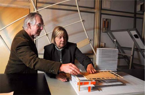 Los arquitectos John Martin Evans y Silvia de Schiller, en el Centro de Investigación Hábitat y Energía, FADU-UBA. (Foto: Diana Martinez Llaser.)